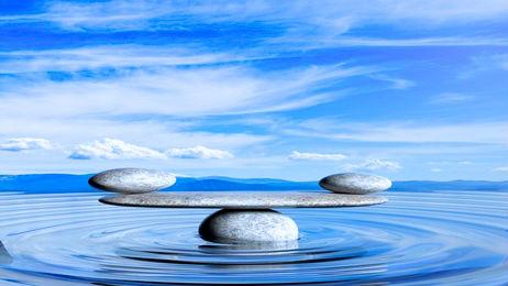 pierres en équilibre sur l'eau
